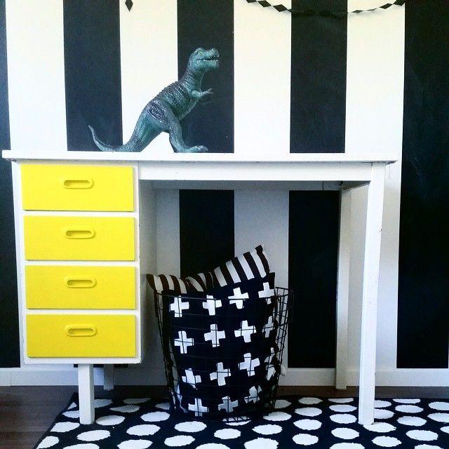 #ShareIG Dags att ge lilla skrivbordet en makeover! Jag har redan börjat med att spraya de blå lådorna gula med Montana gold citrus. Nu ska resten få sig lite lackfärg. #barnrum #lekrum #kidsroom #playroom #barnerom #diy #måla #paint #gultärintefult #gult #yellow #interior #interior123 #interior4all #inredning #kidsinterior #retro #upcycle #skrivbord #makeover #montanagold #spraymåla #spraypaint #montanagoldmakeover
