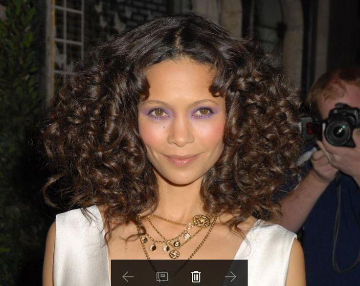Uzun yüzlüler için ideal bir saç tipi olan kıvırcık saçlar uzun yüzü daha orantılı gösterecektir. Her yüze güzel duran kıvırcık saçların her boyutu da oldukça güzel bir görünt�