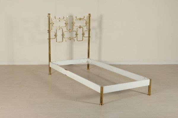 Letto singolo; ottone, metallo. Buone condizioni, presenta piccoli segni di usura. Misure interne: 190 x 89.