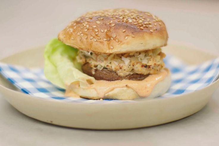 Wie denkt aan een vegetarische burger, denkt wellicht aan een gepaneerd en gebakken mengsel van bijvoorbeeld granen en groenten die een waardige vervanger zijn van een dikke plak gemalen vlees. Jeroen houdt het eenvoudiger en kocht enkele uit de kluiten gewassen paddenstoelen.