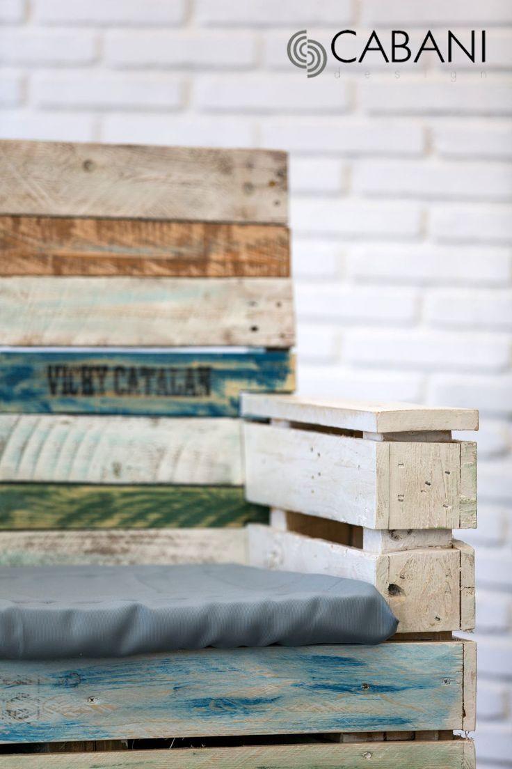 Sillon AQUA. Construido a base de 2 palets y madera reciclada, acabado decapé y barniz al agua, para terraza chill-out o ambientes exteriores. #vintage #mueblepalet #cabanidesign #aqua