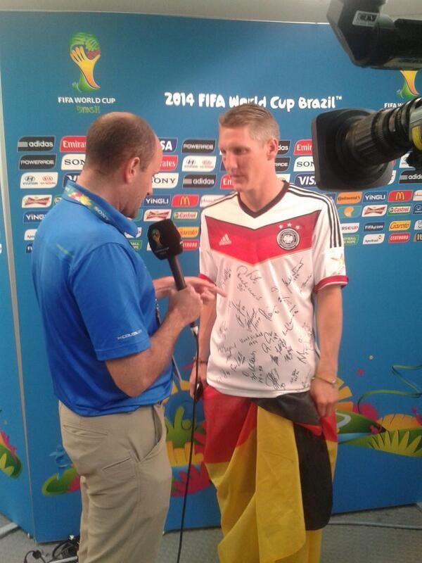 Bastian con su camiseta firmada por campeones alemanes de mundiales pasados.