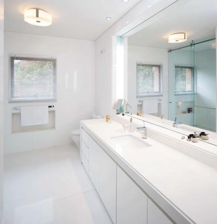 La elegancia del blanco Para muchos el blanco es el rey de los acabados de la casa y en el caso de los baños no puede ser diferente. La generosidad de este baño diseñado por Luis Restrepo se ve realzada con unos acabados impecables.