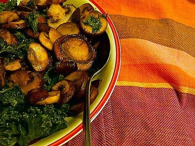 Col rizada para tus platos de verano: Esta ensalada verde con col rizada, hongos, jengibre fresco y aminoácidos líquidos es ideal para acompañar cualquier plato o para como plato principal.