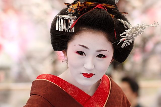 beauty / smile / woman / beautiful / girl / makeup : maiko (geisha apprentice) ichimame, kyoto japan  舞妓 市まめさん      A smile from the maiko (apprentice geisha) Ichimame. Together with other maiko and geiko (geisha) of the Kamishichiken district, she was Awesome: Apprent Geishas, Japan Romances, Ama Geishas, Maiko Apprent, Japan Art, Art Faces, Japan Theme, Beautiful People, Kyoto Japan