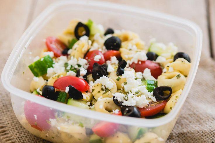 Een pastasalade blijft een van mijn favoriete manieren om te lunchen zonder brood.Door de pasta is het lekker vullend en je kunt er aan toevoegen wat je wil. In dit …