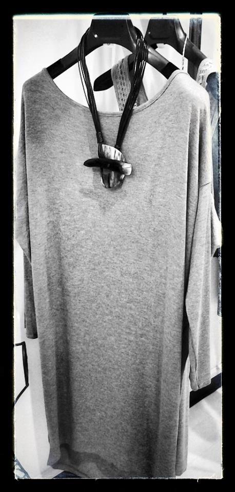Collana in madreperla  abito in grigio collezione a/i 2014
