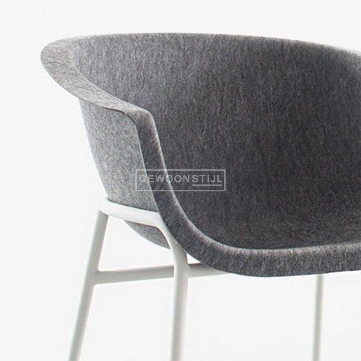 De ontwerper Werner Aisslinger van het label Conmoto had een uitdaging! Hij wilde een tijdloze stoel ontwerpen van enerzijds de nieuwste materialen en technologieën, maar met tegelijkertijd een tijdloze uitstraling. Uit deze uitdaging is de Chairman stoel onstaan. De zitting is uit één stuk geperst van 100% PET-fleece. Hierdoor heeft de stoel een hoog zitcomfort gekregen en een tijdloos design. Het subtiele metalen onderstel geeft de stoel een elegante uitstraling.