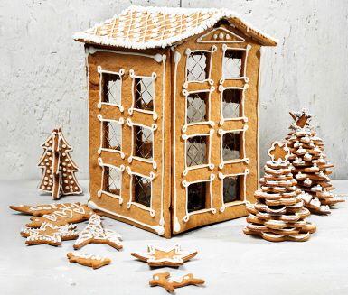 Du får en mysig julkänsla när du känner den härliga doften sprida sig från pepparkaksdegen som bakas i ugnen. Med hjälp av smält socker sätter du ihop delarna till ditt egna pepparkakshus. När huset är färdigbyggt garnerar du det med kristyren.
