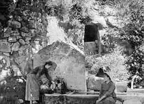 Η βρύση του χωριού που βρίσκεται στη θέση της Πολυρρήνιας, της σημαντικότερης ίσως αρχαίας πόλη της Κισάμου που εξακολουθεί να κατοικείται και σήμερα, διατηρώντας επίσης τον παραδοσιακό της χαρακτήρα. Τότε λεγόταν Απάνω Παλιόκαστρο, ονομασία που αναφέρεται και στις βενετσιάνικες απογραφές. Η βρύση είναι υπόλειμμα του αρχαίου υδραγωγείου. 1911. Fred Boissonas. Σχόλιο Μανώλη Μανούσακα.