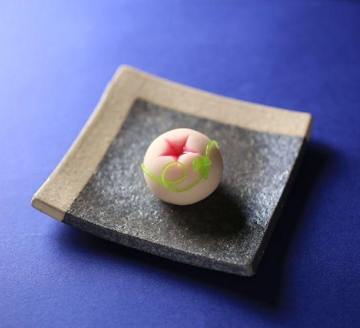 いいね!2,201件、コメント21件 ― Toru Tsuchieさん(@choppe_tt)のInstagramアカウント: 「今日の和菓子はねりきり で作った #朝顔 です。 ねりきりとは白餡に餅や芋を混ぜて作った和菓子で 茶道 で使われる「上生菓子」の一種です。 #撮影 用に作成しました。 Today's…」