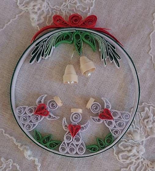 Túto vianočnú dekoráciu som vytvorila technikou quilling. Použila som biely a farebný papier. Môže sa zavesiť na vianočný stromček, do okna, dekorovať vianočnú výzdobu......
