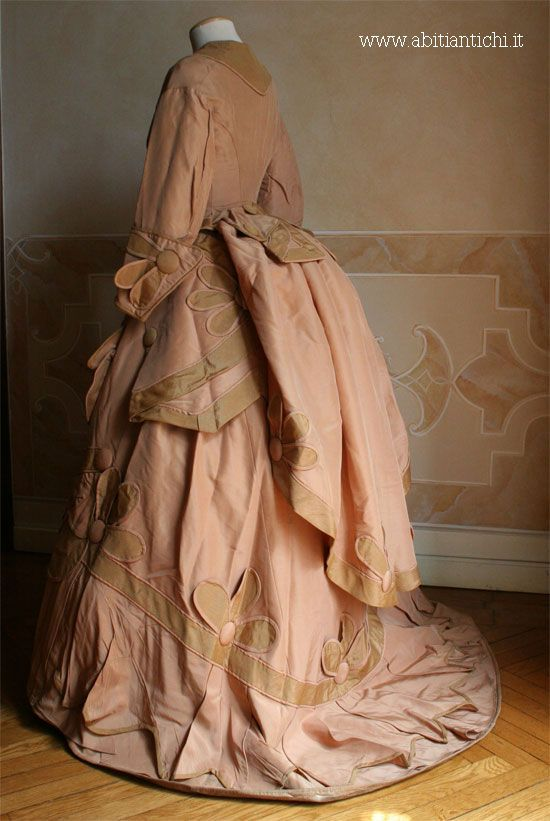 1870 Abito in tre pezzi (corpino, gonna e tablier) in faille beige e rosa…