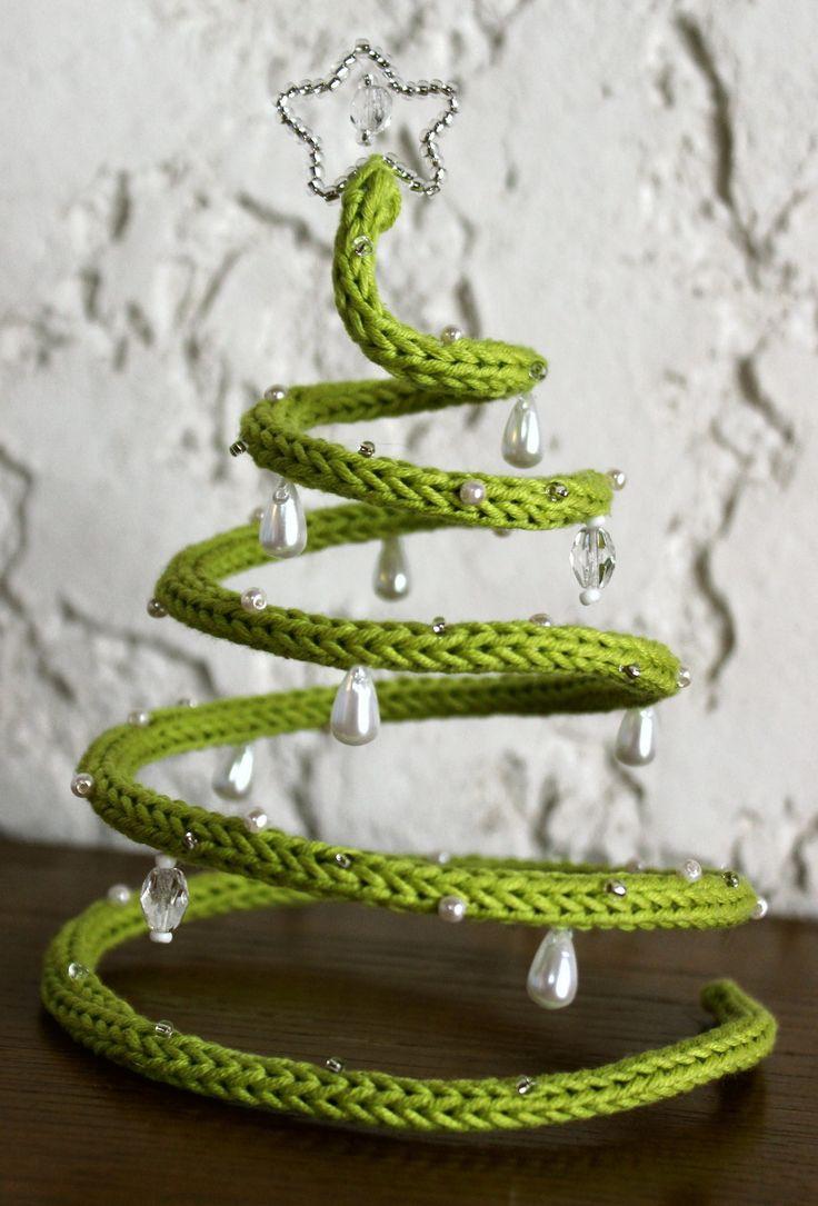 Un peu de laine, un morceau de fil de fer, quelques perles... Et hop! Un joli sapin!!! Avec un tricotin mécanique, c'est plus rapide. Passer le fil métalique dans le tricotin. Faire une spirale et tirer par le centre pour former un sapin. J' ai passé...