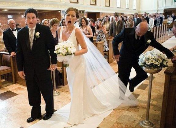 27 Hilariously Bad Wedding Photos And Wedding Fails Worst Wedding Photos Wedding Photo Fails Awkward Wedding Photos