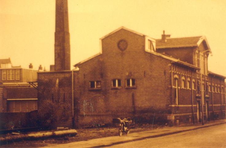 Badhuis, gebouwd in 1889, aan de Friesewal (65) rond 1960. Aan de achterzijde van wat nu het ING bankgebouw is. Tegenwoordig is dit een afgesloten parkeerterrein voor bewoners en medewerkers. Hier kijk je richting de hoek van de Friese Wal met in het verlengde de Derde Bredehoek uitkomend op de Thorbeckegracht.
