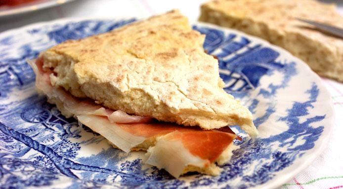 Torta al testo umbra (focaccia farcie de l'Ombrie) :  => http://www.gusto-arte.fr/recettes/torta-al-testo-umbra-focaccia-farcie-de-lombrie/