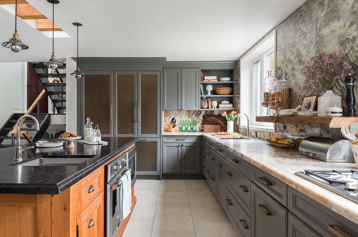 Двухцветная кухня с двумя видами столешниц: под светлый оникс и темно-серый гранит