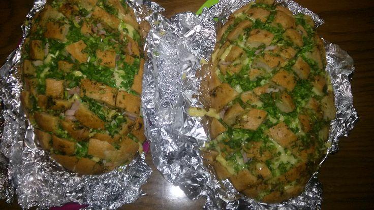 Proste i smaczne a moja rodzina bardzo to lubi ,polecam wszystkim taki chlebek ponacinany i wyłożony serem ,szczypiorkiem i wędlina ,do tego przyprawy i zioła według wlasnego uznania.#przekąska z dodatkiem smalczyka roślinnego .., #streetcom #SmakowitaPajda #smalczykroślinny #Streetcom #ambasadorka #kampania #smalec #roślinny