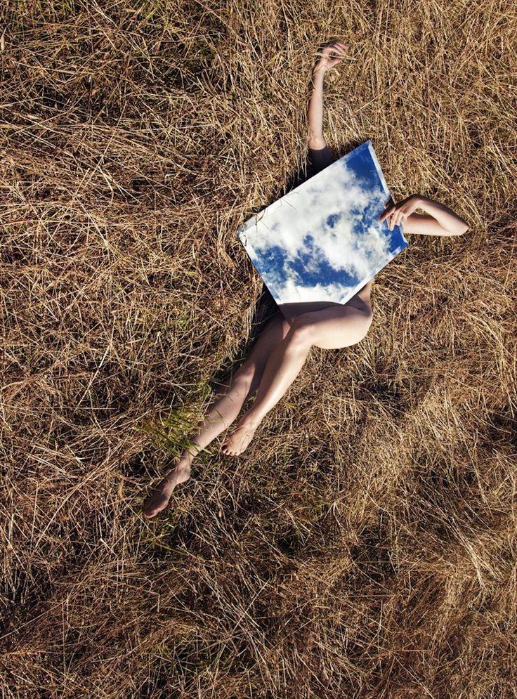 Des portraits surréalistes avec des miroirs dans la nature par Loreal Prystaj