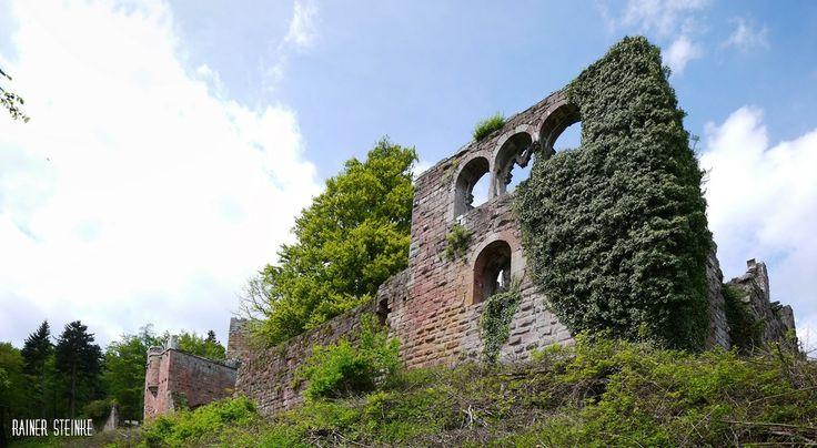 Die Ruine der Gralsburg Wildenberg mit zahlreichen Steinmetzzeichen