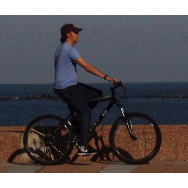 Paul McCartney andando en bicicleta x la rambla de Montevideo-Uruguay , al otro día de su recital