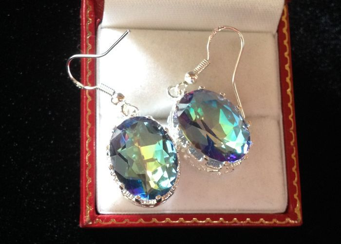 zilveren oorbellen met ovaal geslepen gefacetteerde regenboog topaas