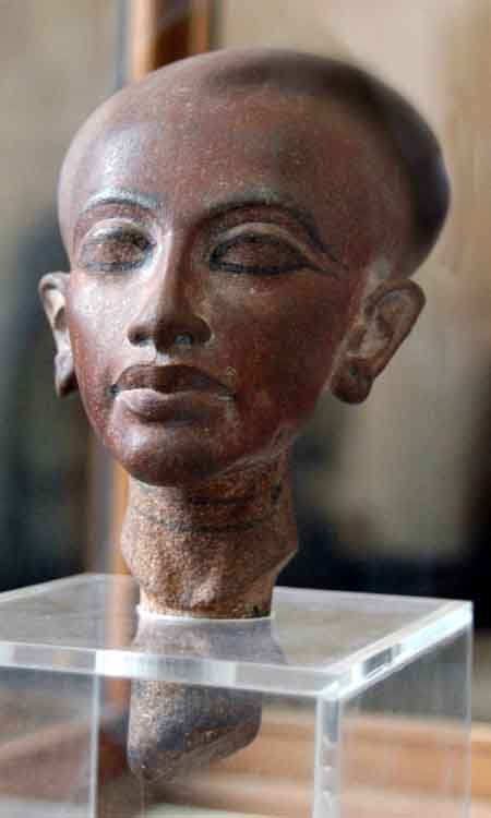 Composición cabeza Estatuilla que representa una de las hijas de Ajenatón con la cara clásica Amarna alargada y el cráneo, labios gruesos y los pómulos prominentes. Museo de El Cairo, Egipto. La hija de Akenatón.