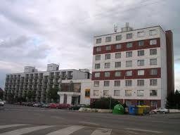 Esto es un hotel Barbora. Está en la pequeňa plaza, para del autobus.