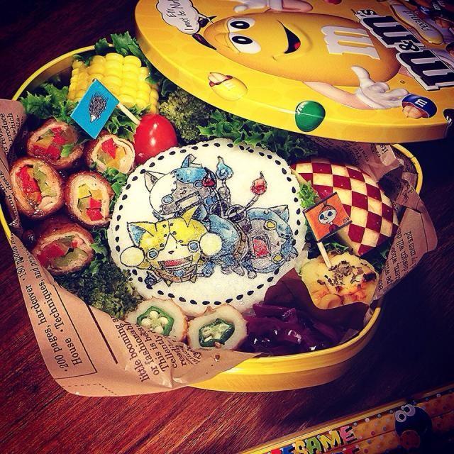 おはようございます! 昨日衝動買いしたm&m'sの缶、お弁当箱にしちゃいました そしてマキ姉さんから送って頂いた旗も立てちゃった乱立させるつもりが勿体無くて2本…笑 本日のお品書きは ⚫︎おかかふりかけごはん ⚫︎パプリカの肉巻き ⚫︎コーンじゃが丸 ⚫︎オクラin竹輪 ⚫︎紫キャベツのコールスロー ⚫︎ブロッコリー、プチトマト&トウモロコシ ⚫︎りんご 今週もあと少し!元気にいってらっしゃい - 77件のもぐもぐ - Yokai Watch Gorunyan, Robonyan & Robonyan F-type  Paprika pork roll Bento 妖怪ウォッチ ゴルニャン、ロボニャン&ロボニャンF型 パプリカ肉巻きキャラ弁当 by centralfields