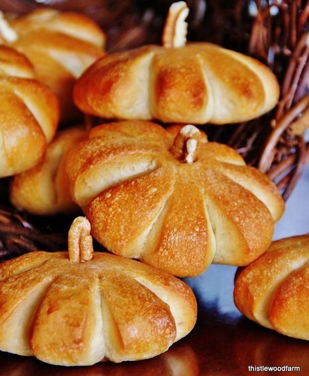16 Homemade Thanksgiving Bread Recipes | http://homemaderecipes.com/homemade-thanksgiving-bread-recipes/