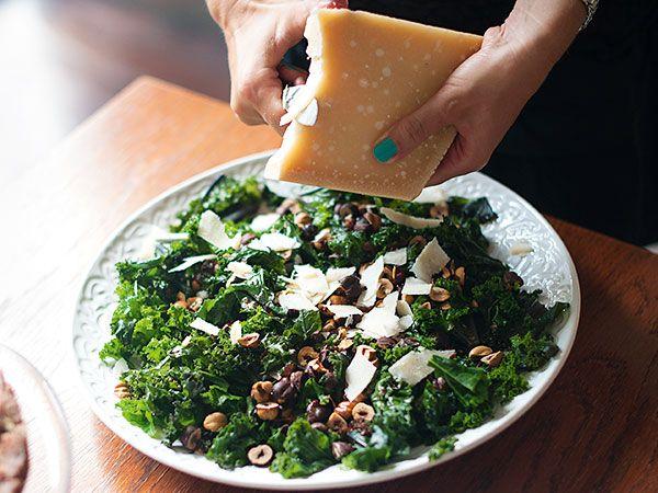 Grönkålssallad med rostade hasselnötter och parmesan | Recept från Köket.se