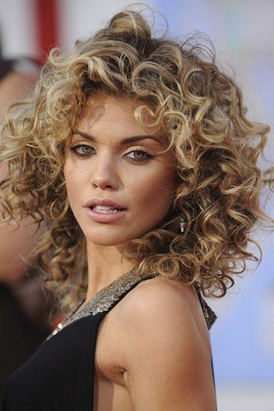 Coiffure de star : les cheveux frisés d'AnnaLynne Mccord:
