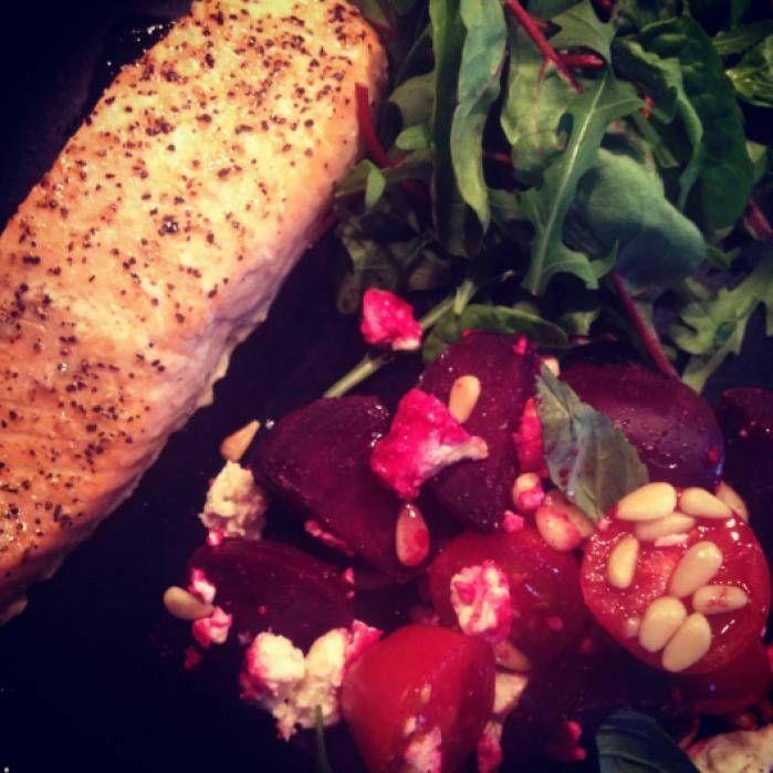 Lax och ugnsrostade rödbetor med fetaost och tomat
