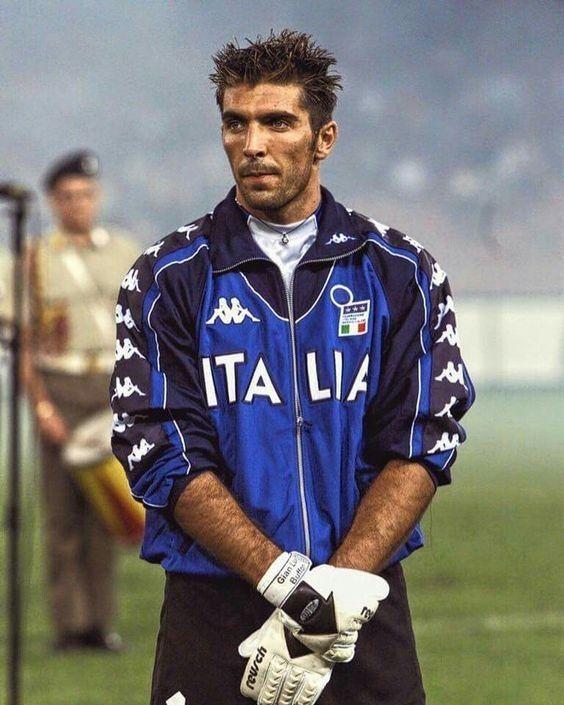 Ten bramkarz dopiero zaczyna swoją przygodę z reprezentacją Włoch • Gianluigi Buffon na początku kariery reprezentacyjnej • Zobacz >> #buffon #italy #football #soccer #sports #pilkanozna