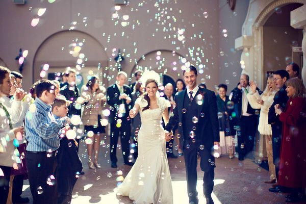 Мыльные пузыри на свадьбе могут не только разнообразить фотосессию с молодоженами, но и послужить веселым развлечение для гостей, как самых маленьких, так и старшего поколения.