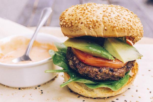 """750g vous propose la recette """"Burger Végétarien aux haricots noirs et aux pommes"""" publiée par Le temps des citrons."""