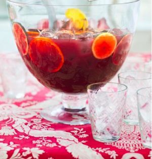 Leilas glöggsangria är en bra start på glöggfesten. Om man vill så går det självklart att spetsa glöggsangrian med valfri stark dryck...