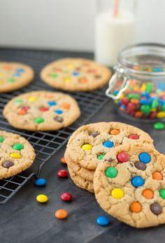 Het recept voor de LEKKERSTE M&M koekjes met chocolate chip. Lekker chewy; aan de binnenkant en iets knapperig van buiten. Perfect!