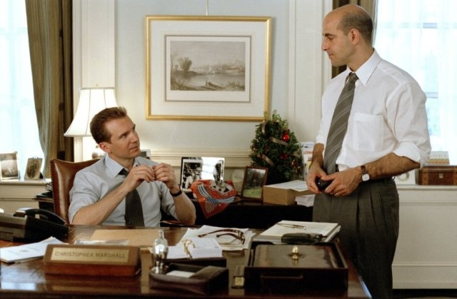 Ralph Fiennes is a political candidate and Stanley Tucci, his advisor in 'Maid in Manhattan' (2002)