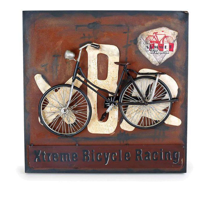 """Deze metalen schilderij krijgt door de """"roestoptiek"""" een rustieke charme. De wit- metalen letters zijn vooruitstekend op het beeld aangebracht en bieden een heerlijke achtergrond voor de zwarte fiets. Iets bijzonders zijn de met de hand vervaardigde banden en het rek. Aan het band wordt het makkelijk opgehangen. Het is een blikvanger aan iedere wand!"""