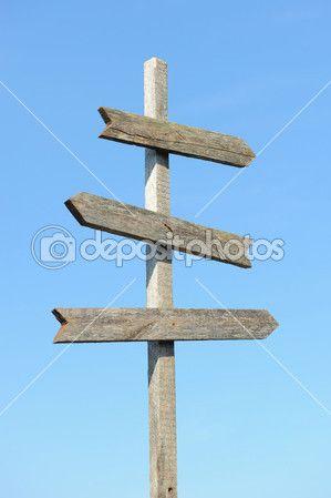 Vecchio post del cartello in legno bianco contro il cielo — Immagini Stock #6680616