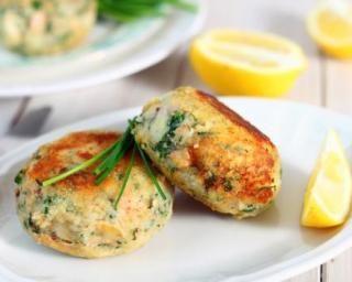 Galettes légères aux restes de poisson, citron et fines herbes : http://www.fourchette-et-bikini.fr/recettes/recettes-minceur/galettes-legeres-aux-restes-de-poisson-citron-et-fines-herbes.html