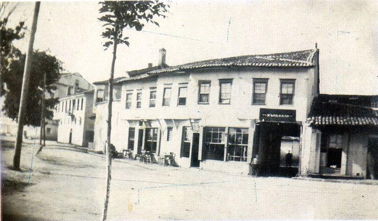 Το χάνι που βρίσκονταν στη θέση που είναι σήμερα γνωστό γυμναστήριο απέναντι από την Τράπεζα Ελλάδος.Η φωτογραφια πρέπει να είναι της περιόδου 1913-1919