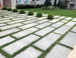 Neste  caso, o dono da casa colocou o piso grama combinado com pequenos arbustos de árvore.