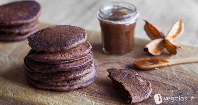 Ricetta pancake vegan - Con la video-ricetta dello chef Cristiano Bonomo di Vegolosi.it vediamo come preparare in casa tanti deliziosi pancake vegani.