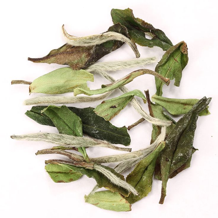 Té Blanco Baimudan // Un té chino dulce y suave.  Presenta un sabor floral-frutado  limpio y suculento, con dulzor a melón, un leve toque salado y un sabor en boca redondo.  Para quienes  recién comienzan a explorar el té blanco, o el té en general, nuestro té Pai Mu Tan les servirá como una maravillosa introducción.