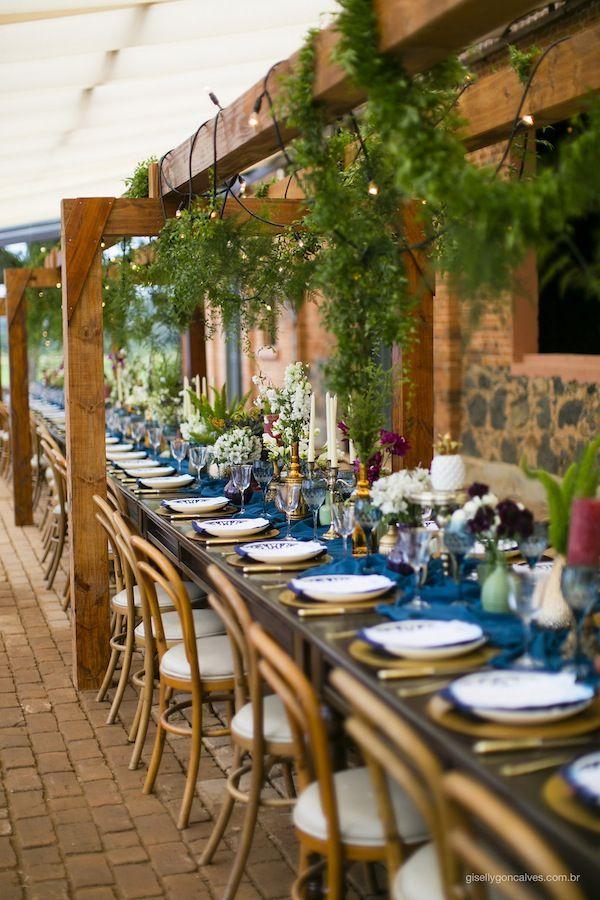 Mesa comunitária e cadeiras de madeira para a comemoração de 10 anos de casados da Tais Puntel e seu marido. Os tons usados foram azul, petróleo, branco, verde e vinho Foto: Giselly Gonçalves