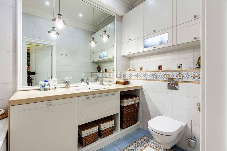 Санузел тоже белый, но одна из его стен украшена мозаикой. Кстати, вся плитка (кроме настенной плитки в кухне) имеет бежевый цвет и структур...