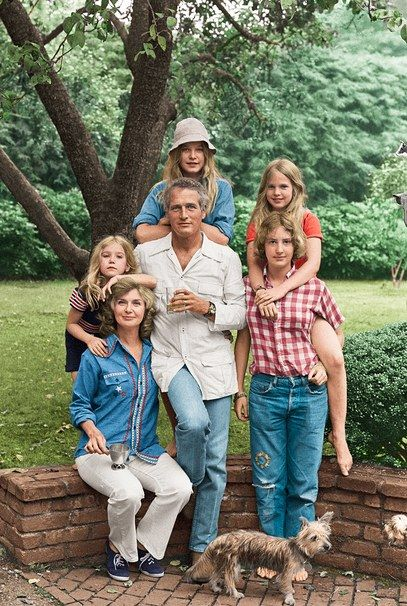 Paul, Joanne, and daughters (clockwise from left) Clea, Nell, Melissa, and Stephanie, in 1973. Digital Colorization by Lorna Clark; By Milton H. Greene/© 2015 ArchiveImages.com.